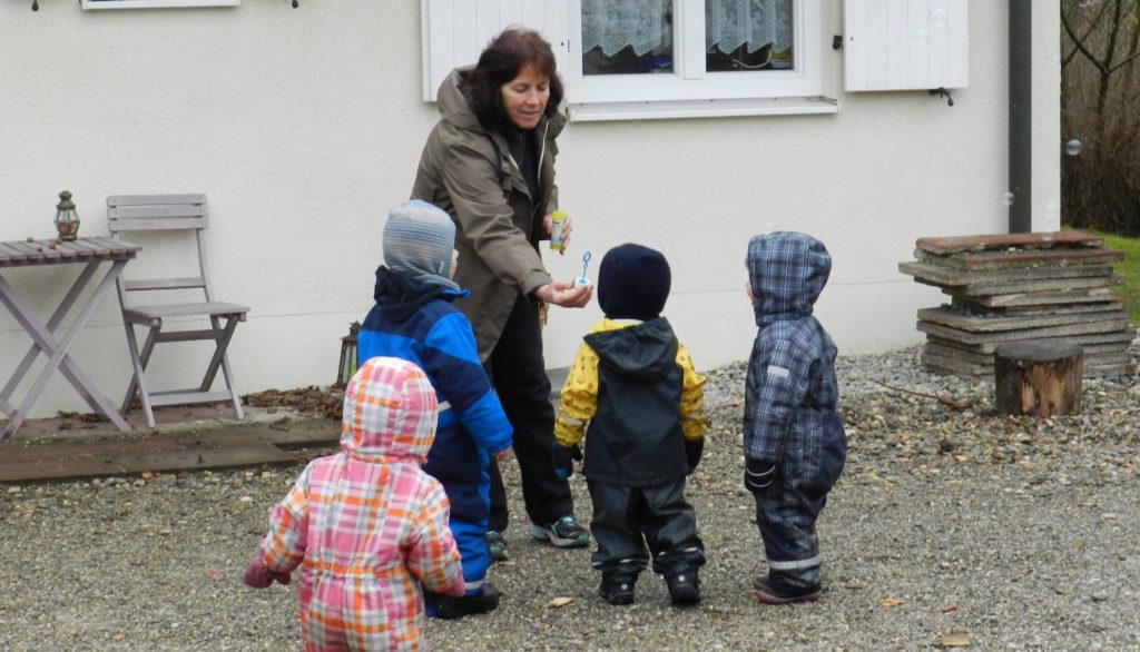 Kinderbetreuung - Im Hof mit Seifenblasen